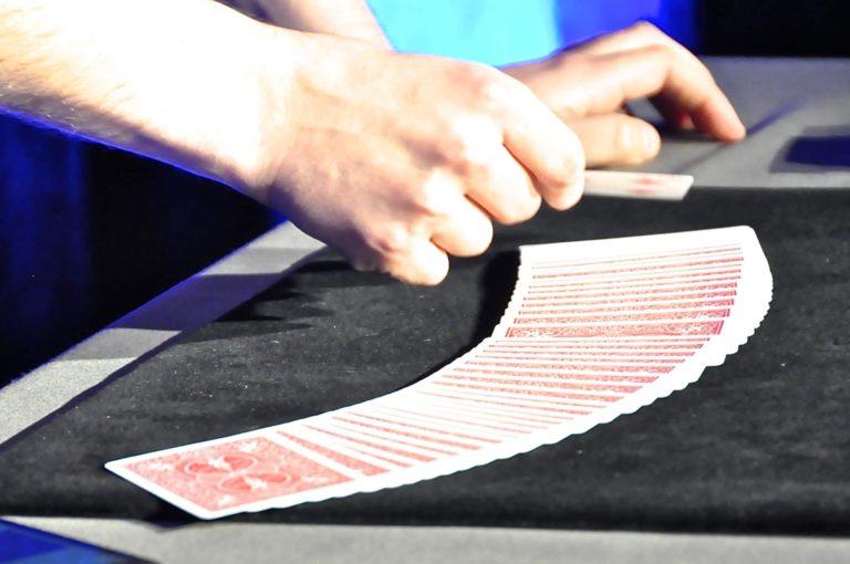 Un magicien de Toulon avec un tour de cartes