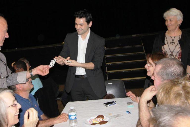 Un magicien pendant une soirée privée avec un numéro de carte