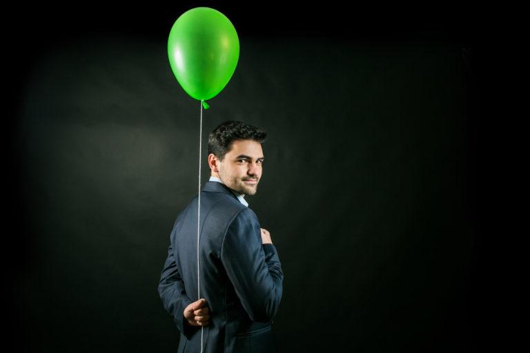 Un magicien pour l'anniversaire de votre enfant avec un ballon magique dans la main.