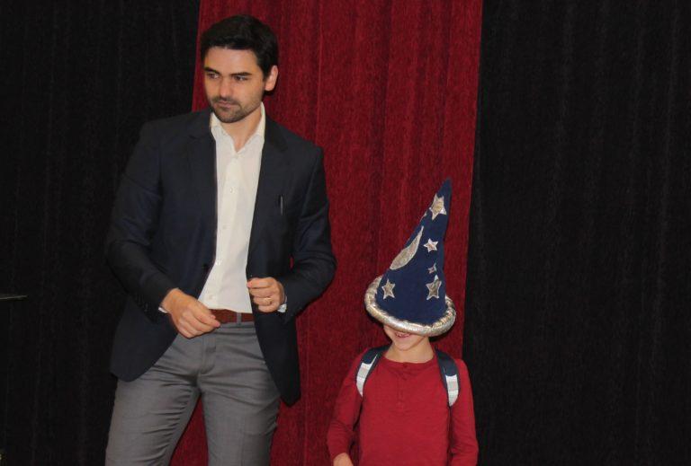 Un enfant devient magicien pendant son anniversaire