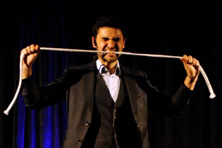 Magicien avec une corde dans la ville de Toulon