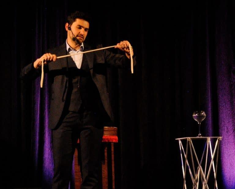 Spectacle de magie à Toulon avec une corde en fusion