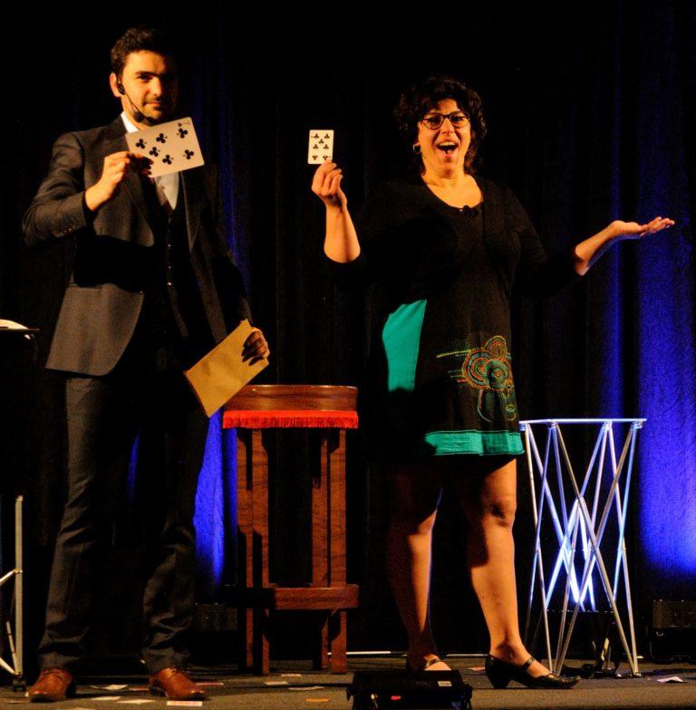 Surprise d'une spectatrice par un magicien de toulon
