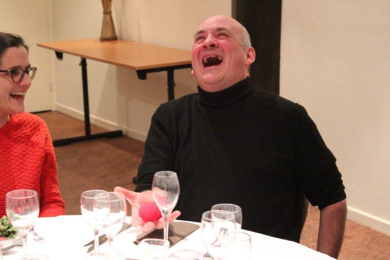 Un homme extrêmement surpris par un magicien de close-up