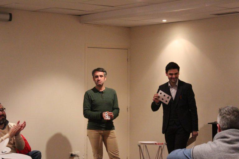 Tour de scène avec des cartes géantes par le magicien Jérémie Josi