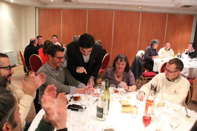 Un magicien de close-up pendant un repas d'entreprise sncf