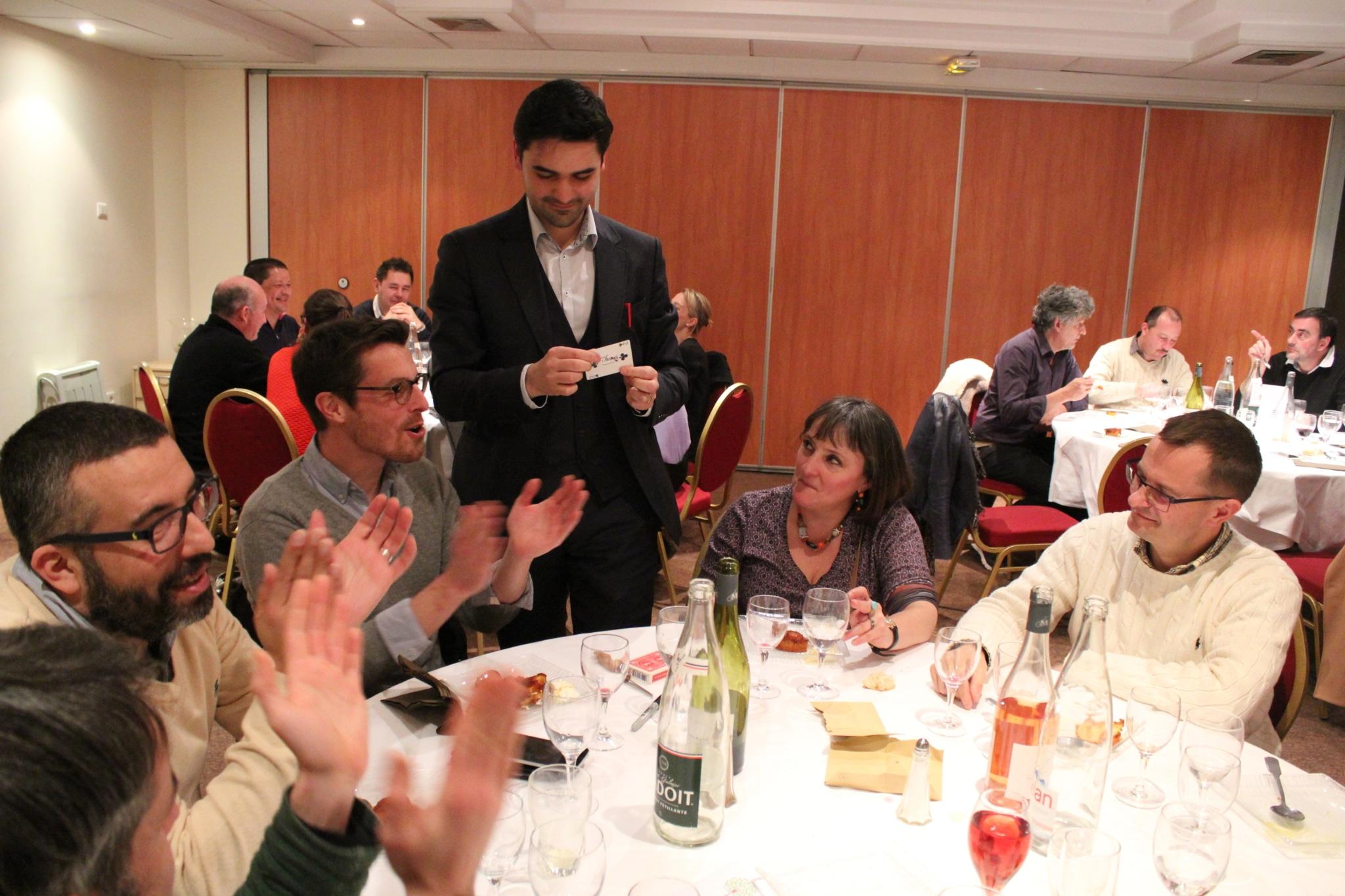 Un magicien du var présentant un tour de close-up dans une soirée d'entreprise.