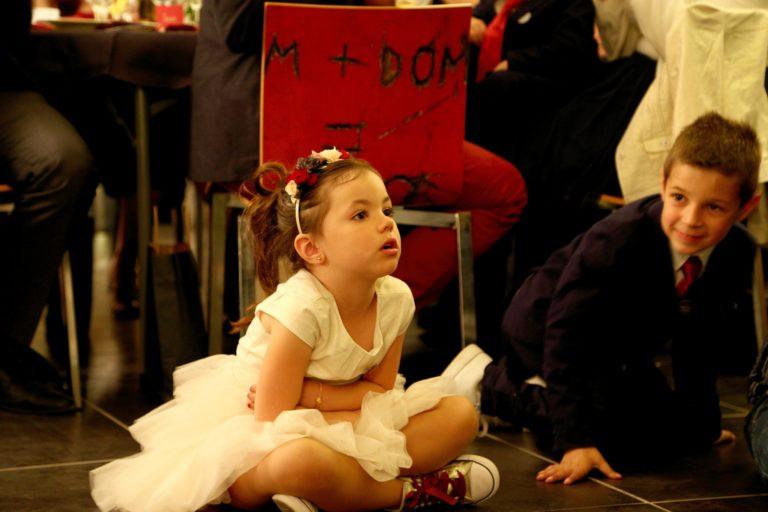Une petite fille en train de regarder un magicien lors de son anniversaire