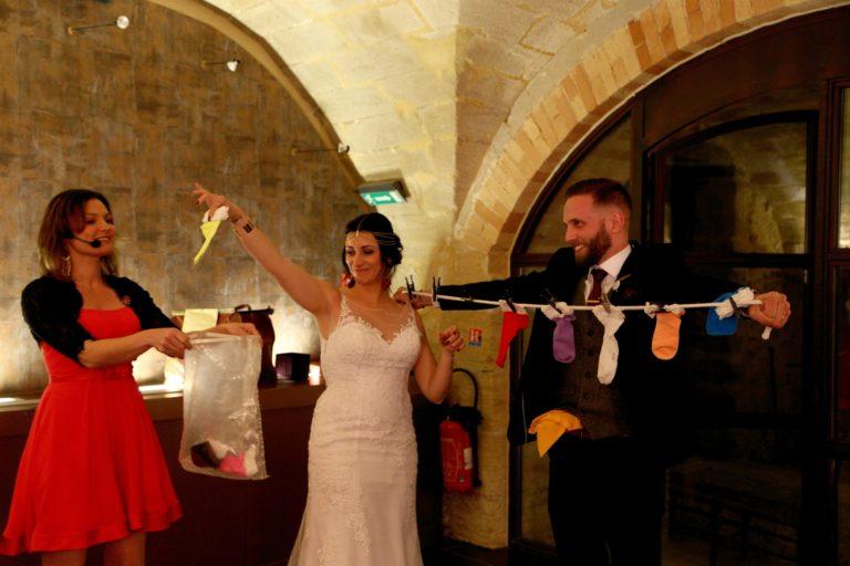 La corde à linge magique pour ce jeune couple pendant leur mariage.