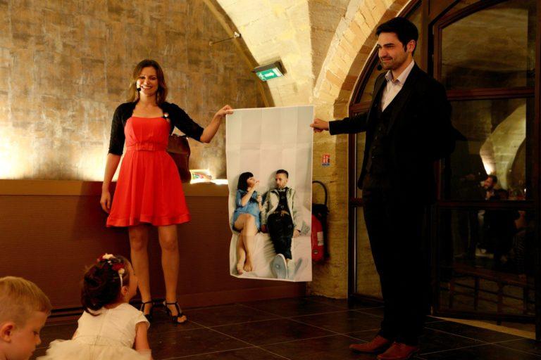 Le poster des mariés reconstitué magiquement par un magicien
