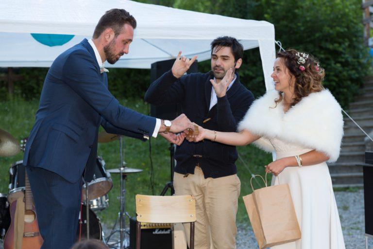 Un magicien lors d'un mariage avec un numéro ou les mariés participent