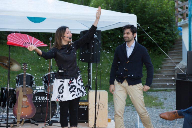 Magicien et magicienne sous une explosion de confettis lors d'un mariage