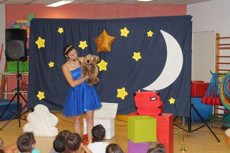Une princesse magicienne du royaume de la lune avec une marionnette du nom de Grand Ours dans une maternelle