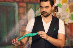 Un foulard vert qui sort d'un tube à essai magique. Dans quelque instant, la magie va opérer dans les yeux des enfants.