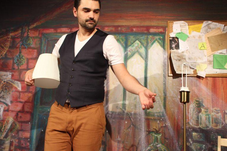 Une lampe qui ne s'allume plus. Ou est passé l'ampoule? Un enfant devra aider le magicien dans ce spectacle de magie