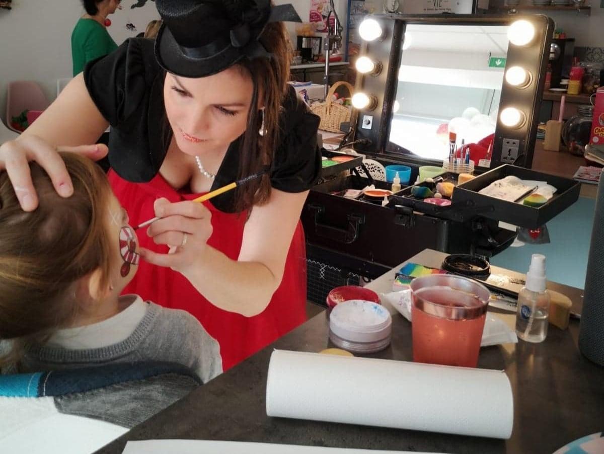 Une charmante jeune femme pendant une séance de maquillage artistique.