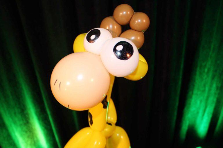 Girafe rigolote en sculpture de ballons