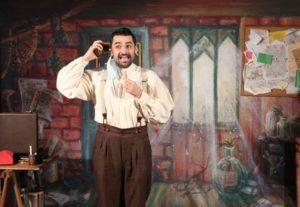 Magicien au téléphone dans un spectacle d'illusion